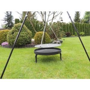 Masywny grill ogrodowy z trójnogiem, paleniskiem i rusztem