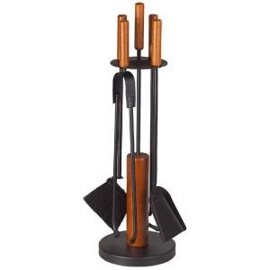 Eleganckie akcesoria kominkowe na drewnianym stojaku, czarna stal lakierowana