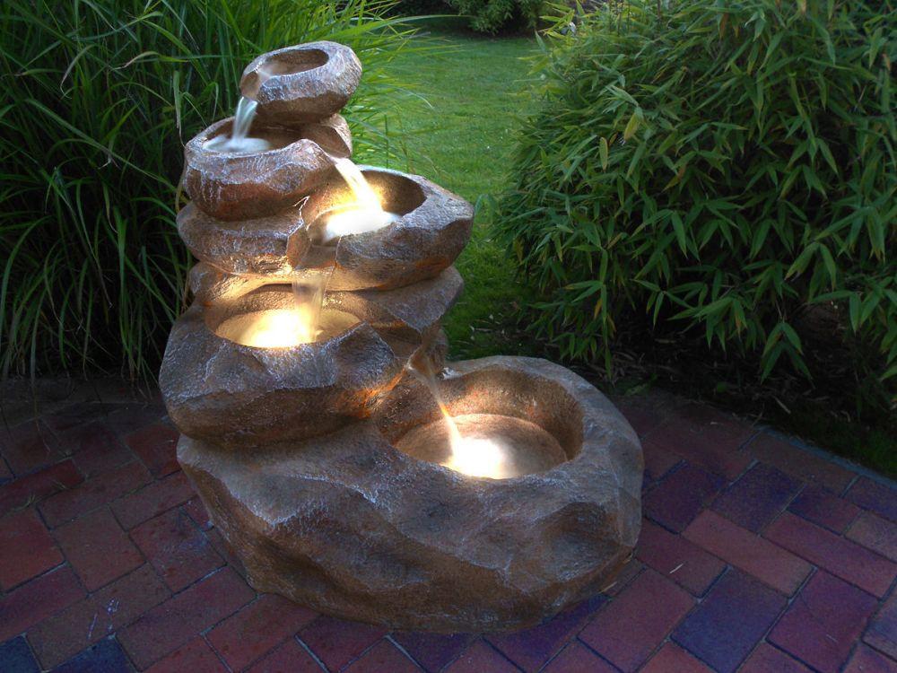 Fontanna ogrodowa w stylu romantycznym