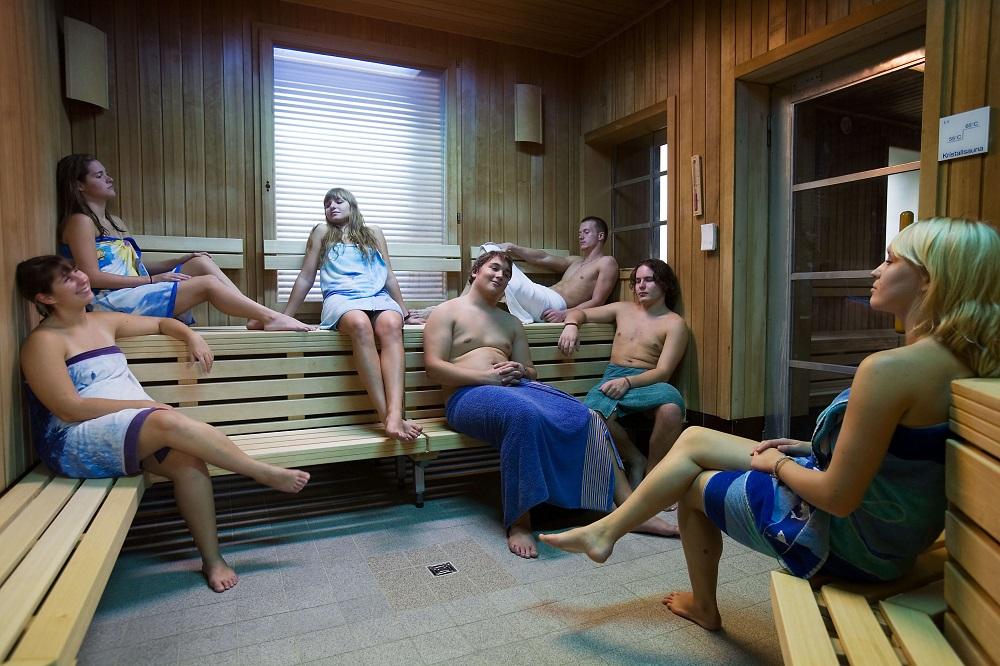 Relaks z przyjaciółmi w saunie