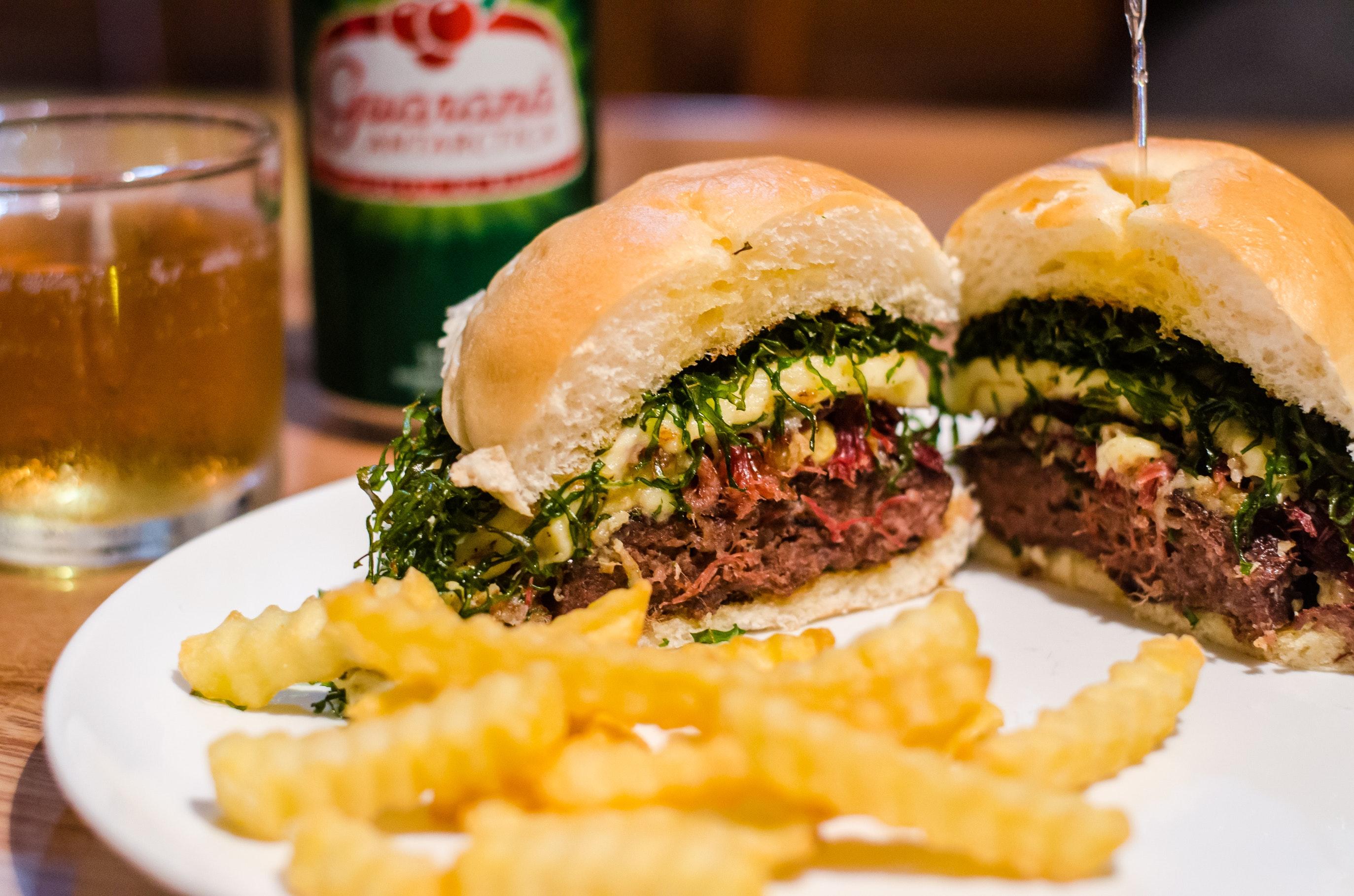 Gdzie kupimy najdroższe, a gdzie najtańsze piwo z burgerem?