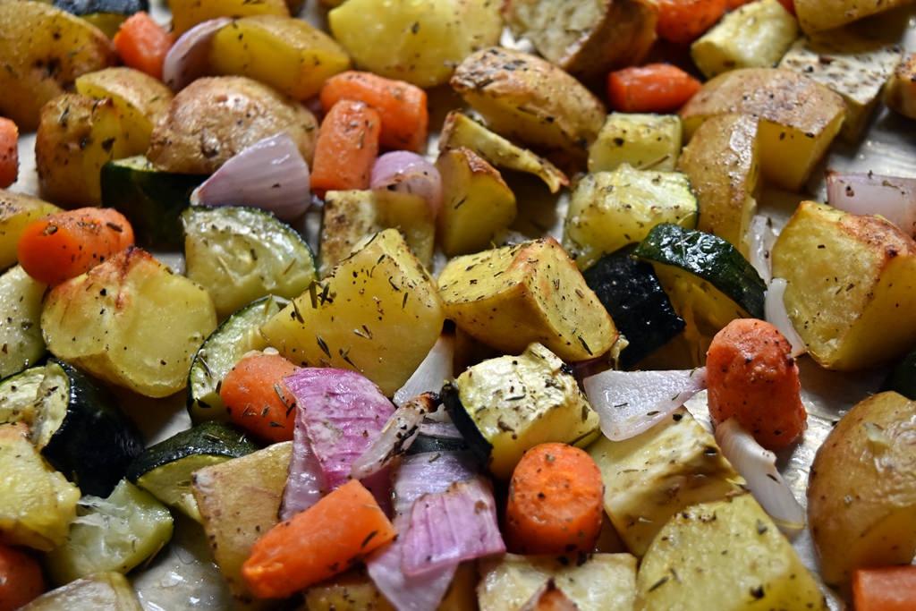 Pieczone warzywa i owoce z przyprawami