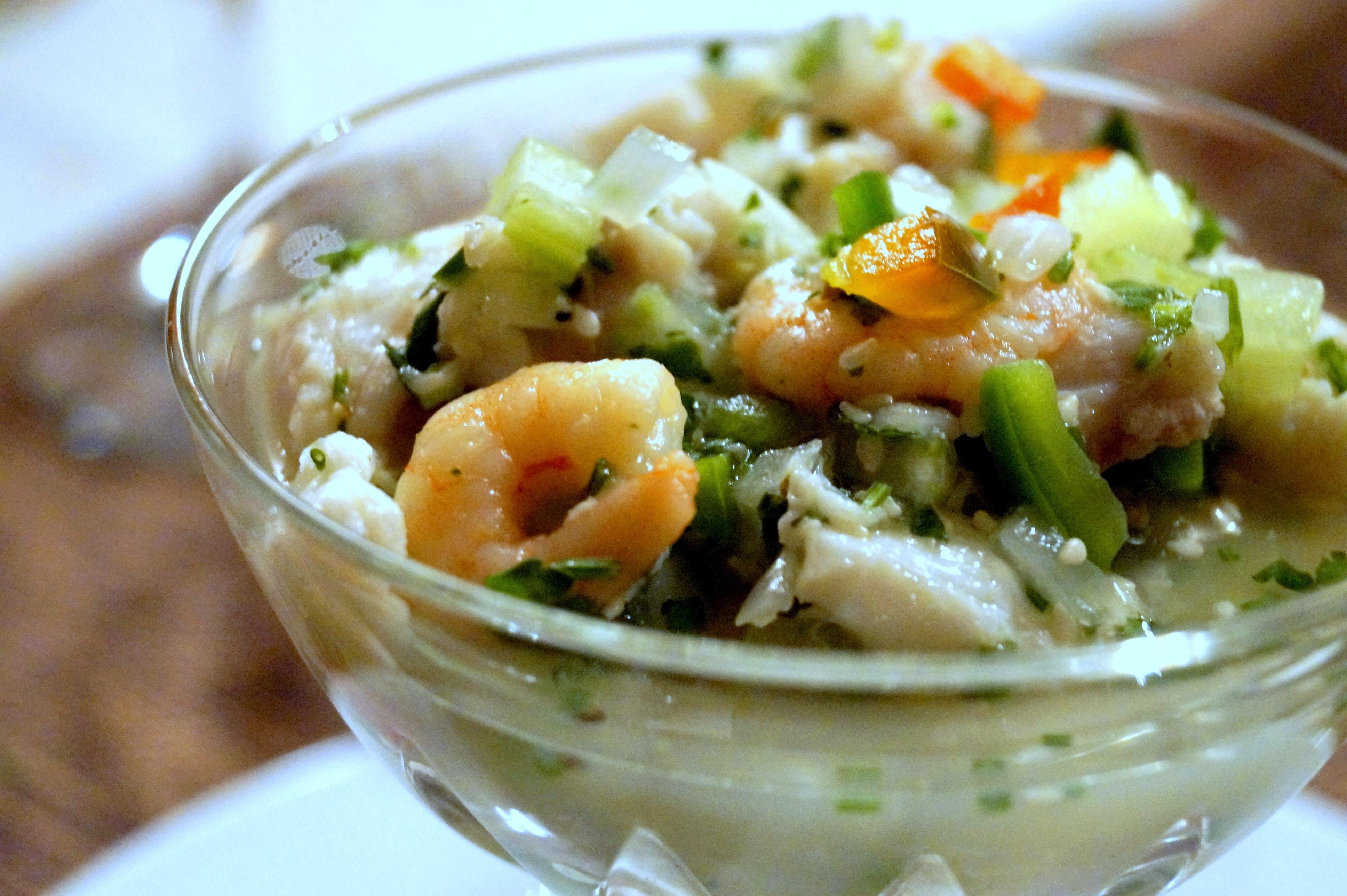 Ceviche - potrawa z Meksyku z surową rybą i krewetkami