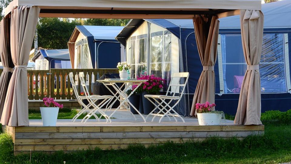 Pergole i altany ogrodowe - drewno czy aluminium?