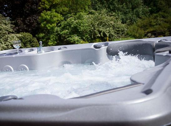 Mocny hydromasaż w mini SPA ogrodowym Ibiza